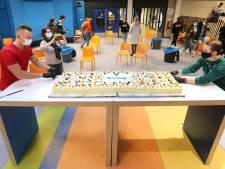 Conciërge Bjorn regelt anderhalve meter taart voor examenleerlingen: 'Compliment in coronatijd'
