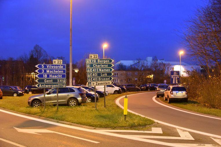 Heel wat automobilisten parkeerden zich langs de oprit van de autostrade. Ze werden door de politie aangemaand om zich te verplaatsen.