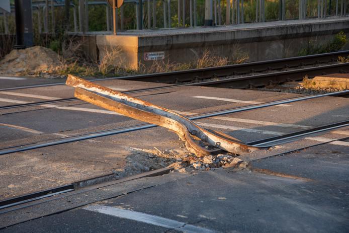 Aan de overweg in Beervelde werd anderhalve meter spoor vernield.