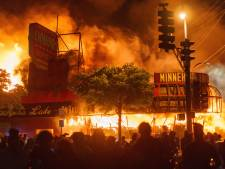 Derde relnacht Minneapolis: politiebureau uitgebrand, zwarte CNN-verslaggever opgepakt