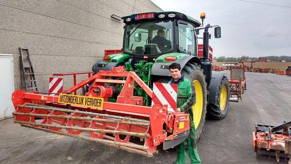 De draaieg van de tractor van landbouwer Frederik Vandeweghe (in de tractor) liep onherstelbare schade op. Een mecanicien van Agri Lemahieu kwam de schade vaststellen.