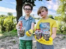 Levy en Simon (10) rapen emmers vol peuken op: 'Honderden van die smerige sigaretten binnen half uurtje zoeken'