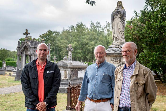 Beheerder  Mark Masereeuw en bestuursleden  Jan Timmermans  en  Ton Verdult op het oude deel van de begraafplaats in Bergen op Zoom. Daar willen ze een historische wandelroute langs de graven maken.