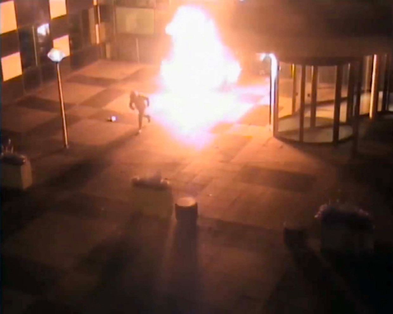 Camerabeelden van de aanslagpleger die wegrent bij het redactiegebouw van De Telegraaf.