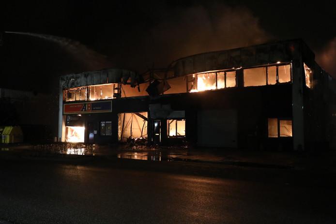 Onder meer de onderkomens van een schildersbedrijf en een autostoffeerderij gingen in vlammen op.