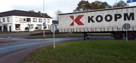 Chauffeur laat oplegger uurtje op rotonde achter in Kilder