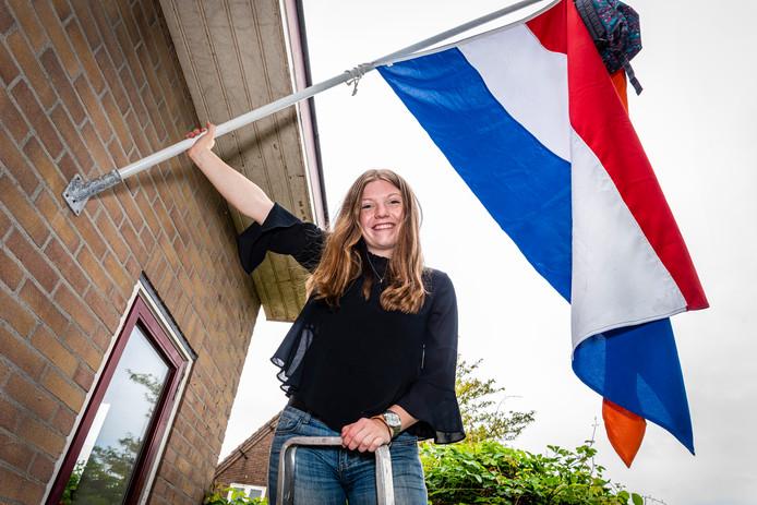 Dante Boomgaard heeft de vlag uitgehangen omdat ze geslaagd is voor haar vwo-examen.
