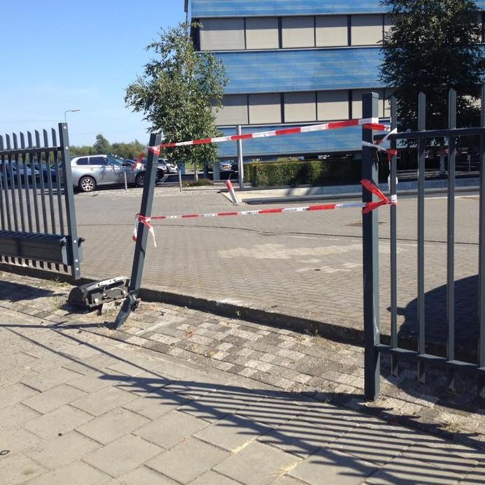 Het vernielde hek bij Detron.