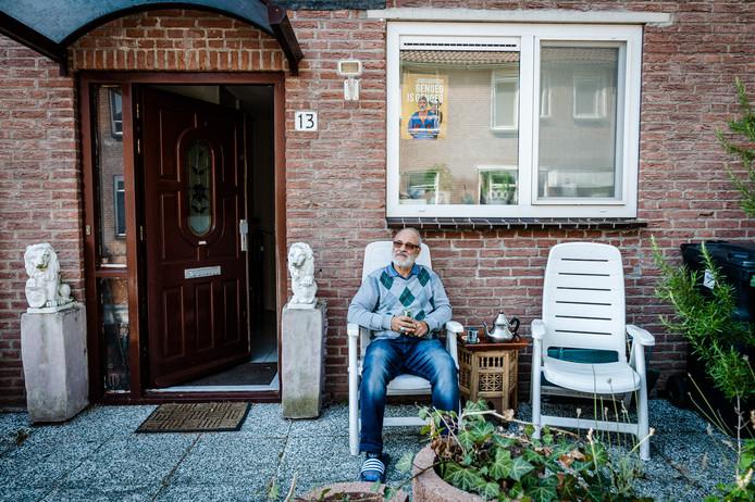 Mahjoub Benmoussa voor zijn huis in Rotterdam-Zevenkamp, waar hij al 25 jaar woont.