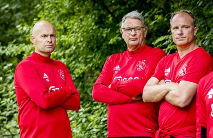 Marcel Keizer met Hennie Spijkerman, Dennis Bergkamp en Aron Winter tijdens de training in het Amsterdamse Bos afgelopen zomer.