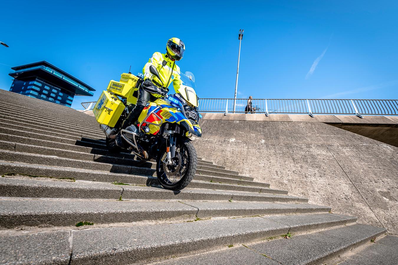 Ook de steilste trappen zijn geen enkel probleem voor de motorambulance