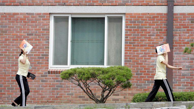 Hanawon, Zuid-Korea: Vrouwen die zijn gevlucht uit Noord-Korea op weg naar hun inburgeringscursus. Beeld reuters