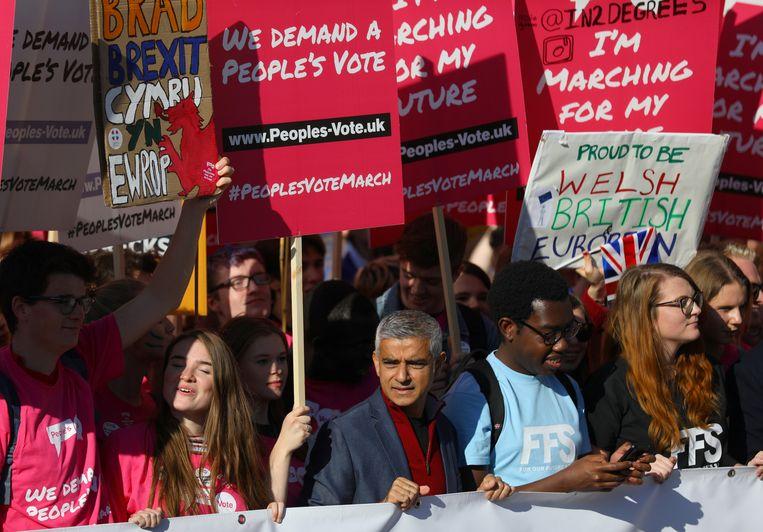 De Londense burgemeester Sadiq Khan (midden) sprak de menigte toe en liep mee in de betoging.