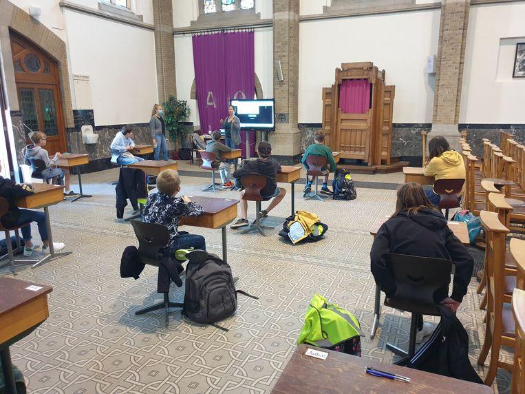 De leerlingen van het zesde leerjaar kregen vrijdag voor het eerst les in de kerk.
