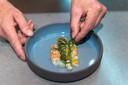 't Vlasbloemeken: een ragfijne carpaccio van langoustine, met flinterdunne courgette, mango, asperge en crème van dragon.