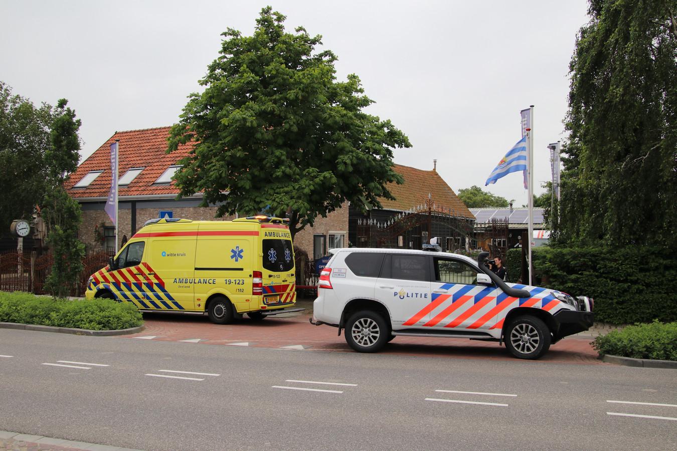 Politie en ambulance bij het ongeval in Grijpskerke.