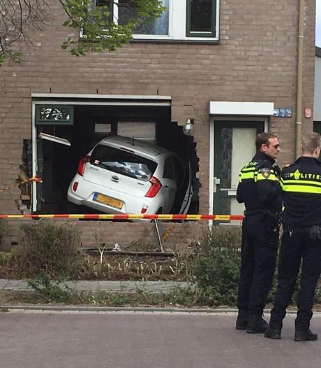 Auto rijdt woning binnen in Helmond, bewoner zag auto recht op zich afkomen