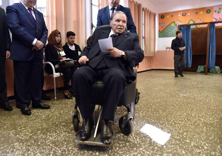 President Abdelaziz Bouteflika brengt zijn stem uit in de gemeenteraadsverkiezingen van november 2017.  Beeld AFP