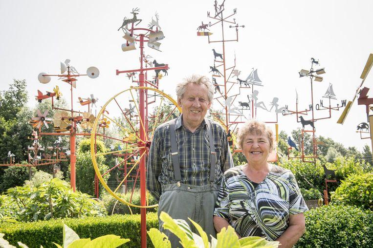 Gilbert Decock met zijn vrouw Jeannine Vanraes in hun tuin vol windmolentjes.