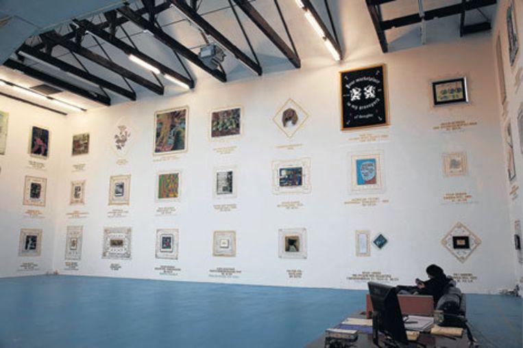 De achterwand van W139 is volgehangen voor de expositie Remain in light. Foto Henri van Beek Beeld
