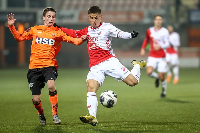 Volendam-speler Nick Doodeman probeert het schot van Gabriel Culhaci van Jong FC Utrecht te blokken.