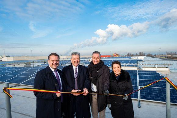 Minister Philippe De Backer, Koen Van Gerven (CEO van bpost), Mark Dirckx (CEO van ENGIE Fabricom) en minister Lydia Peeters onthullen de zonnepanelen.