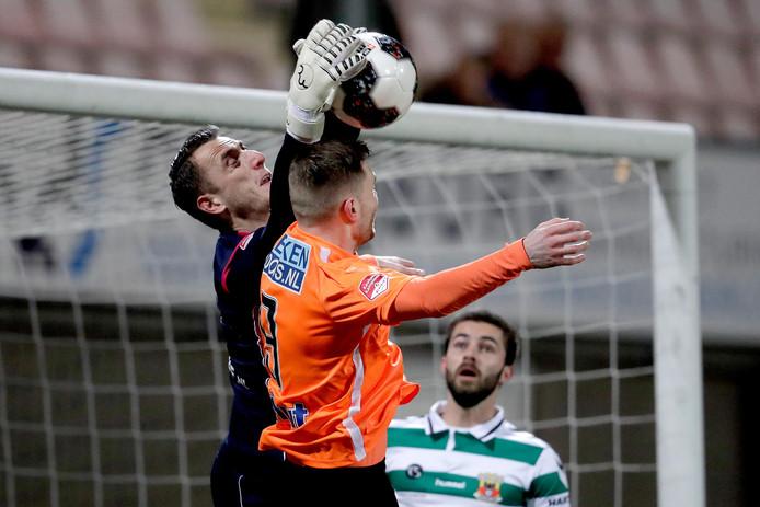 Cas Peters duelleert namens FC Volendam met doelman Hobie Verhulst van Go Ahead Eagles.
