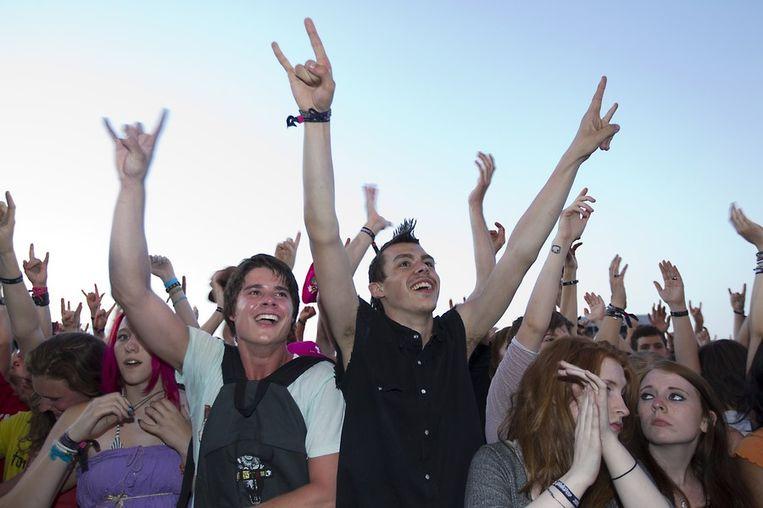 Bezoekers gaan los bij het optreden van Linkin Park. Beeld anp