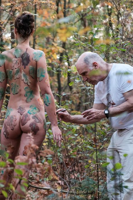 Politie stuurt kunstenaar met naaktmodel weg uit bos: 'Project verwoest'