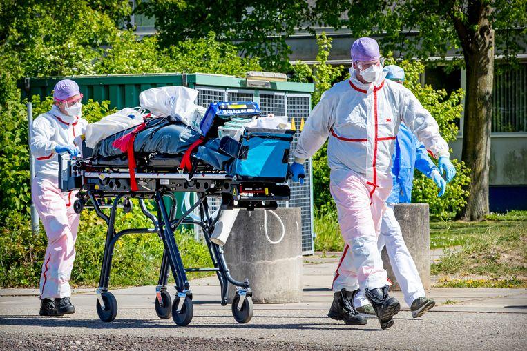 Een coronapatient wordt verplaats van het Rivierenlandziekenhuis naar het UMCG in Groningen. Meer dan de helft van de patiënten die naar huis mogen, wordt binnen vijf dagen uit het ziekenhuis ontslagen. Beeld BSR Agency