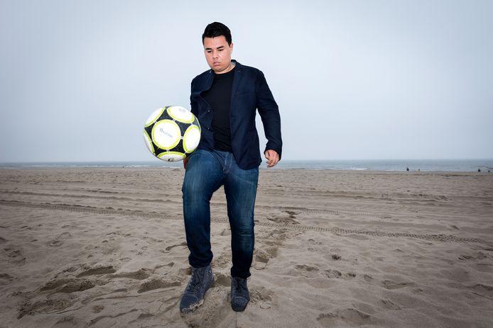 Jason Vermeer is vanuit China weer eventjes in Den Haag en gaat dan uiteraard gelijk naar het strand.