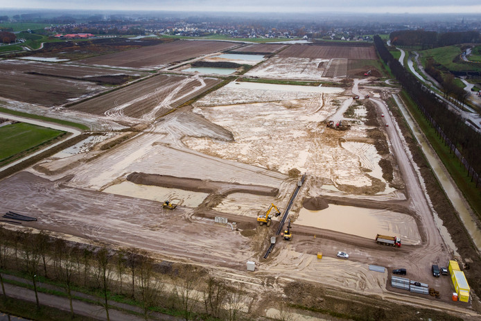 Langs de Nieuwe Pieckelaan wordt voor het maken van  de Beuningse Plas de kleilaag afgegraven.