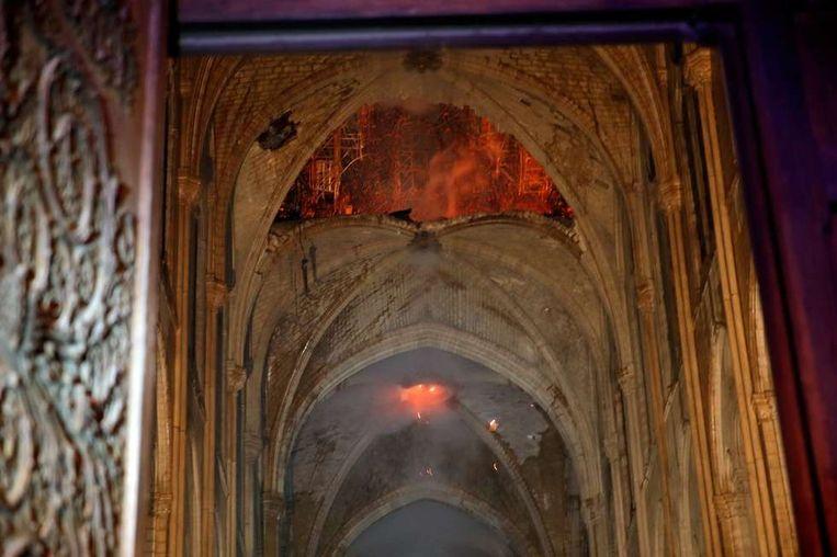 Het vuur heeft enkele van de eeuwenoude gewelven verwoest.