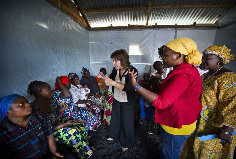 Minister Ploumen spreekt in 2013 met slachtoffers van seksueel geweld in kamp Munugu III net buiten Goma. Op het kamp is een ruimte waar alleen vrouwen mogen komen om aan elkaar hun verhaal te doen en aan hulpverleners. Beeld anp