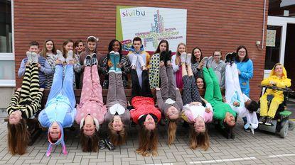 Klasgenoten in pyjama voor Amber