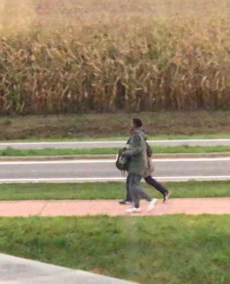 Enkelen van hen liepen in de richting van de snelweg.
