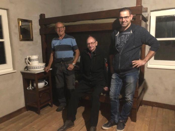 Bennie Cramers, Harry Muijen en Gerard Verdonschot in de slaapkamer van het Wehrmachthuisje in Someren-Heide.