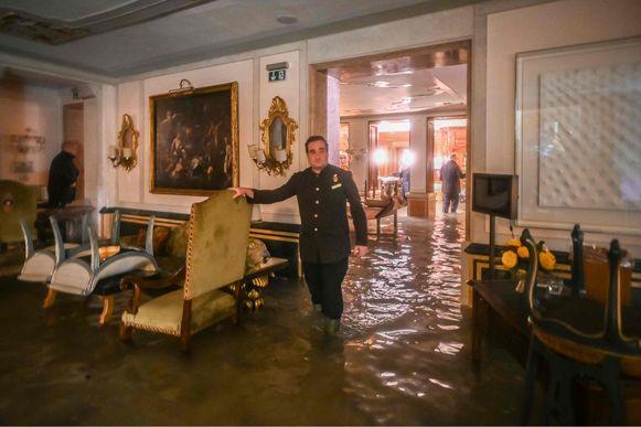 Ook een kamer in het Gritti Paleis is ondergelopen door de 'acqua alta'. Om 22:40 bereikte het water een peil van 183 centimeter.