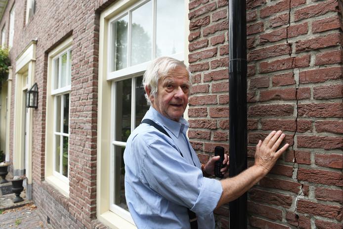 Theo van Asch bij zijn huis in de Nachtegaalstraat.