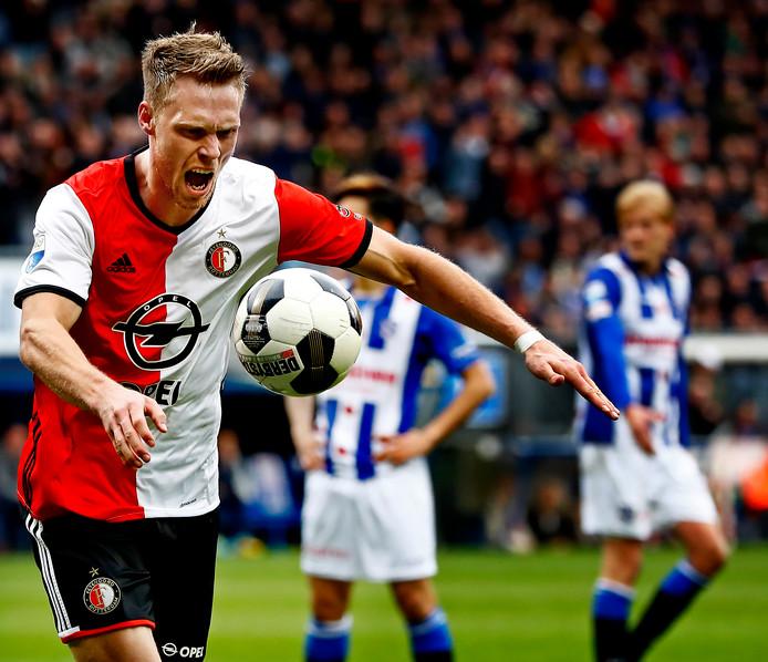 Nicoli Jorgensen is blij na de 1-1 in Heerenveen en schopt de bal het publiek in