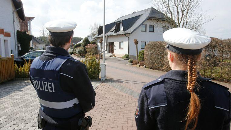 Politie houdt de media op afstand bij het huis van Lubitz Beeld ap