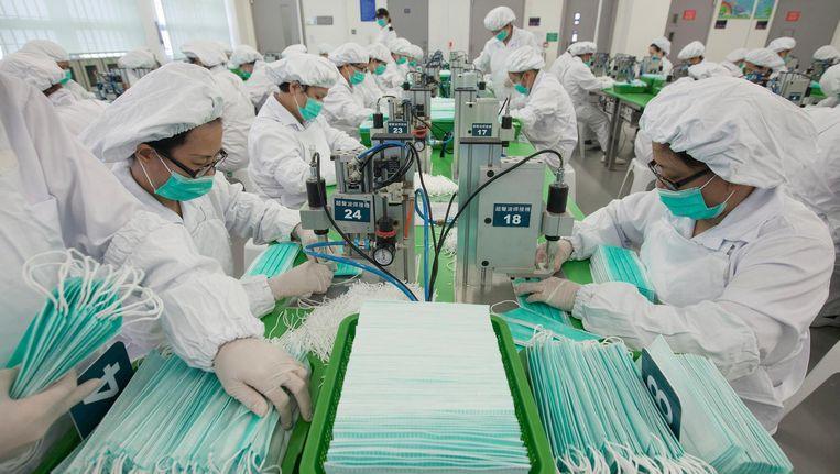 Vrouwelijke gedetineerden in de Lo Wu gevangenis in Hongkong produceren gezichtsmaskers. Beeld epa