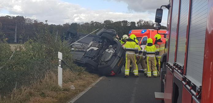 Auto op de zijkant bij eenzijdig ongeluk, net over de grens bij Groesbeek.