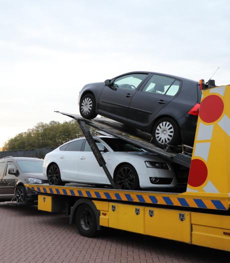 Arrestatieteam ramt loods met shovel in Vlijmen: 12 arrestaties, 30 kilo hennep, luxe auto's en veel geld gevonden