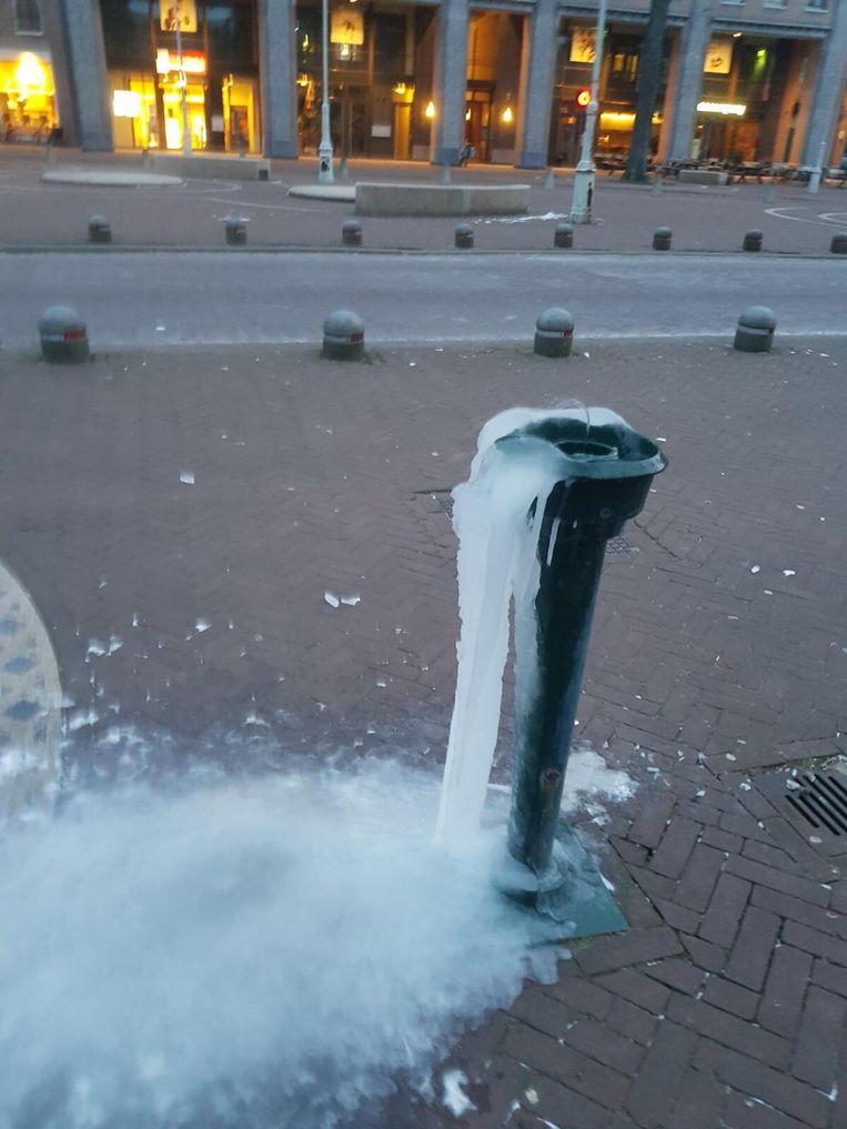Deze fontein op de Javastraat probeert dapper maar tevergeefs door de vrieskou heen te sproeien. Beeld Willem van der Vlugt