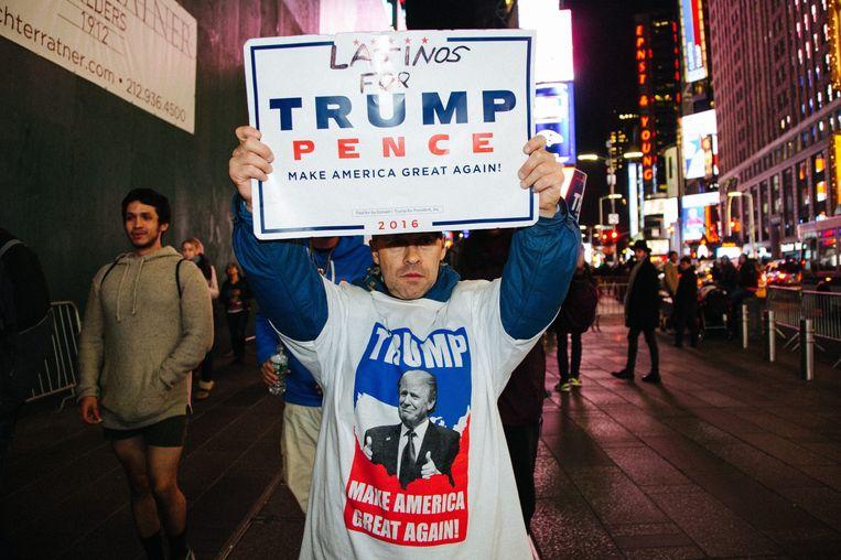 Een supporter van Donald Trump op Times Squeare in New York. Beeld epa