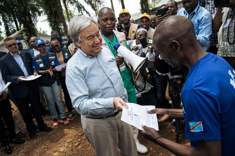 Guterres ontmoet een man die het slachtoffer werd van de ebola-epidemie.
