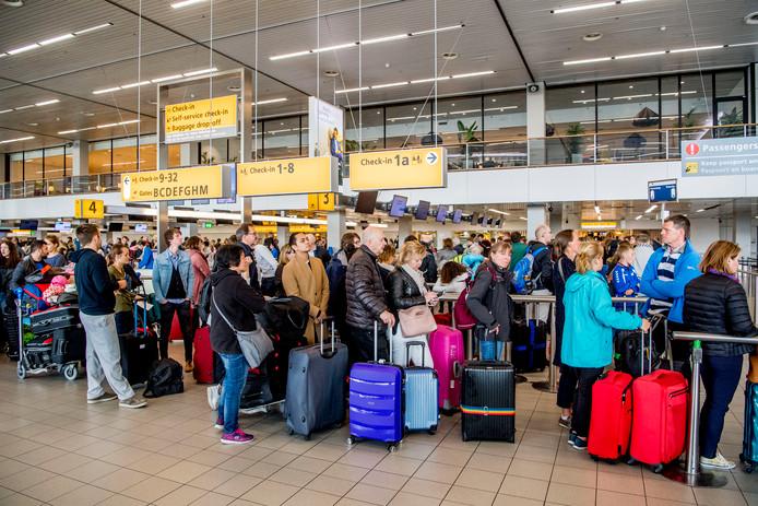 Topdrukte op Schiphol. Vorig jaar werden meer vliegtickets verkocht dan ooit.