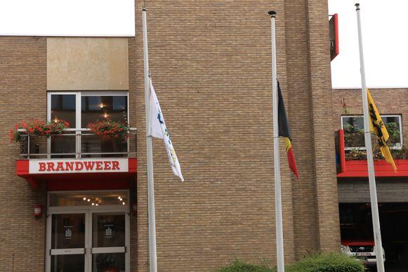 De vlaggen hingen vandaag halfstok aan de kazerne.