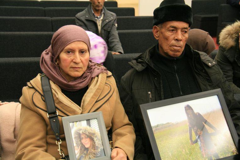 De ouders van Rhizlène met foto's van hun betreurde dochter.